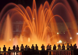 People watching the Bellagio fountains in Las Vegas (Photo: IndexOpen)