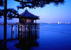 Temple on a lake at dusk, Japan (Photo: Akira Kaede)