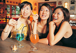 Women celebrate at a bar (Photo: IndexOpen)