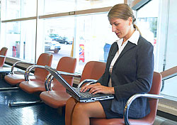 Business traveler on laptop at the airport (Photo: Inde