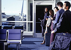 Passengers waiting to board a plane (Photo: Index Open)