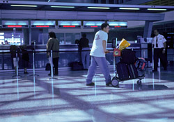 Man pushing luggage towards security (Photo: Index Open)