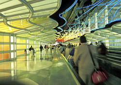 People on airport moving walkway (Photo: Index Open)