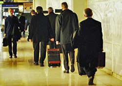 Businessmen walking to baggage area (Photo: Index Open)