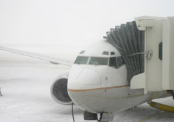 Air - Plane Waiting at Terminal in Bad Weather (Photo: thinkstock/iStockphoto)