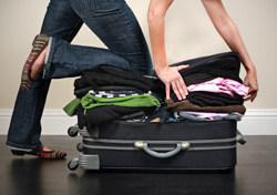 Air: Baggage: Packing an Overstuffed Bag (Photo: iStockphoto/chang)