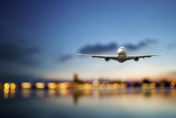 Airplane: Incoming Plane (Photo: Shutterstock/PhotonCatcher)