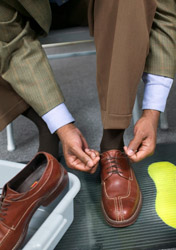 Air: Security - Man Tying Shoes (Photo: Thinkstock/Creatas)