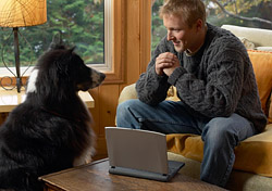 Man sitting indoors with dog (Photo: IndexOpen)