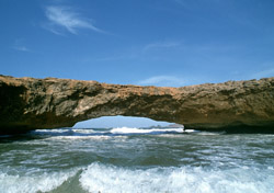Aruba: Arch rock formation in sea (Photo: Thinkstock/Goodshot)