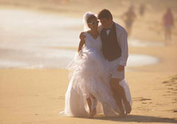 Bride and groom on the beach (Photo: Stewart Cohen/Index Open)