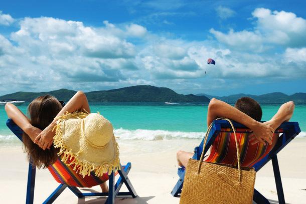 Beach: Couple Lounging (Photo: Shutterstock/haveseen)