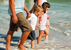 Beach: Family Walking on the Beach (Photo: Thinkstock/Wavebreak Media)