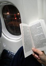 Air: Reading a Book on a Plane (Photo: Thinkstock/Hemera)