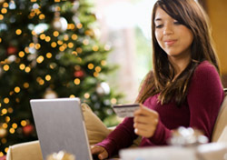Christmas: Woman Shopping on Laptop (Photo: Thinkstock/Jupiterimages)