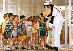 Goofy with Disney cruisers (Photo: Disney Cruise Line)