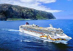 Pride of Hawaii off the Na Pali Coast (Photo: Norwegian)