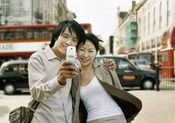 England: London, Couple Taking Self-Portrait (Photo: Thinkstock/Digital Vision)