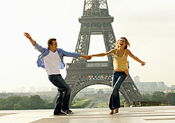 France: Couple At Eiffel Tower (Photo: Thinkstock/Digital Vision)