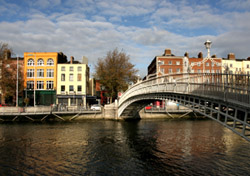 Ha'penny bridge in Dublin (Photo: iStockphoto/Marek Slusarczyk)
