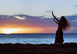 Woman dancing on the beach in Hawaii  (Photo: Index Open)