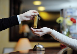 Hotel: Key Handed to Guest (Photo: Shutterstock/.shock)