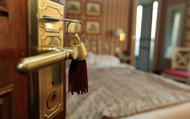 Hotel: Keycard and Hotel Room (Photo: Shutterstock/Sven Hoppe)