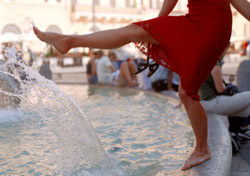 Italy: Woman Splashing Fountain (Photo: Thinkstock/Creatas Images)