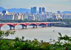 Korea: Seoul, Bridge and Cityscape (Photo: Shutterstock/N.Sritawat)