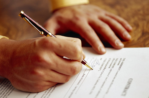 Hand Signing Contract (Photo: Thinkstock/Brand X Pictures)