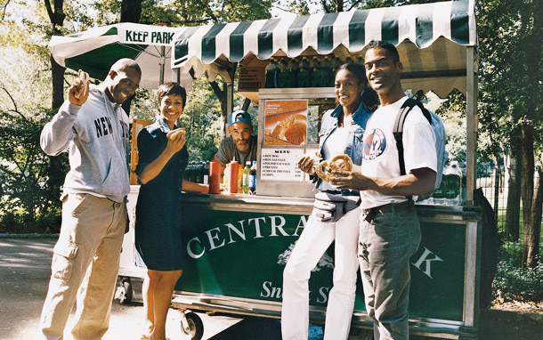 New York: Manhattan, Central Park Hot Dog Stand (Photo: Thinkstock/Digital Vision)