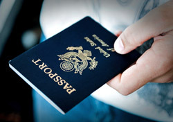 Passport: in Hand (Photo: Shutterstock/infinity21)