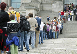 People: Tourists Waiting in Queue (Photo: Thinkstock/iStockphoto)