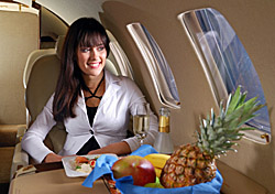 Pineapple Girl in Business Class (iStockphoto: Dragan Trifunovic)