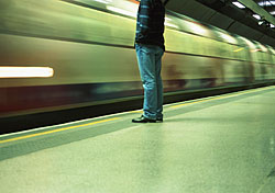 Man standing at a subway platform (Photo: Index Open)