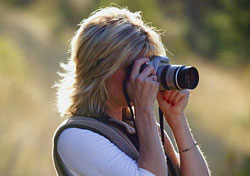 Woman taking photos outdoors (Photo: Index Open)