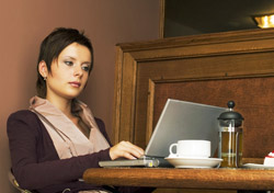 Woman at a coffee shop using a laptop (Photo: Index Open)
