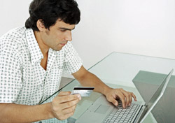 Man shopping online with credit card (Photo: Index Open)