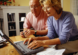 Older couple looking at computer screen on table (Photo: Index Open)