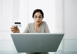 Woman shopping online with credit card (Photo: Index Open)