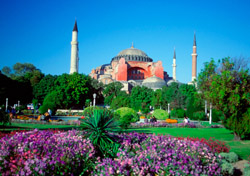 Istanbul, Turkey: Garden in front of the Haghia Sophia Mosque (Photo: Thinkstock/Medioimages/Photodisc)