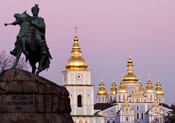 Bogdan Khmelnitsky statue and St. Michael's cathedral, Kiev (Photo: Natalia Bratslavsky)