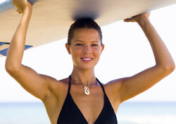 Woman carrying surf board (Photo: Index Open)