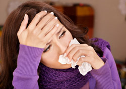 Woman: Sick and with Tissue (Photo: Thinkstock/iStockphoto)