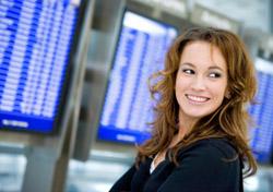 Air: Woman at arrival screen (Photo: iStockphoto/Sean Locke)